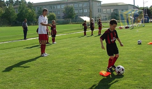 640px Oleg Starinskyi coaching kids during AC Milan junior camp in Kyiv