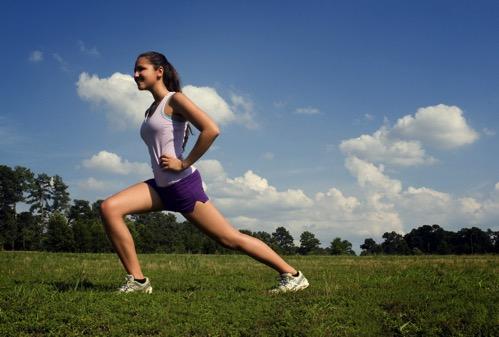 Jeune femme sportive jogging