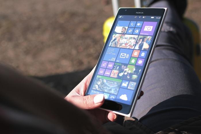Jeune femme et smartphone
